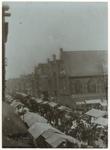 IX-865 Zicht op de Kaasmarkt bij de Gedempte Botersloot, met veel mensen op de markt aanwezig. Aan de rechterkant is de ...