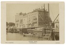 RI-1180 Zicht op het Victoria Hotel aan het Willemsplein. Op de voorgrond in het water van de Leuvehaven liggen enkele ...