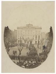 RI-1662 Plechtige uitreiking van het Vaandel aan het Corps Rotterdamse Vrijwilligers op het Van Hogendorpsplein, voor ...