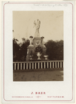 RI-1691-1 Bezoek van Z.M. de Koning met een standbeeld ter ere van zijn regeringsjubileum.