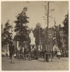 RI-1694-1 Zicht op het standbeeld van koning Willem III op de Grotemarkt ter gelegenheid van het koninklijk bezoek. Net ...