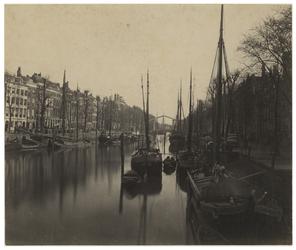 RI-271-(1) De Nieuwehaven vanaf de Roobrug. In het water liggen verschillende schepen.