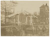RI-394-(1) Gezicht op de Oude Leuvebrug, gezien van de westzijde van de Leuvehaven.
