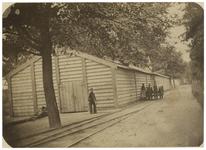 RI-467-4 Zicht op het Petroleumetablissement op Feijenoord, naast een spoorlijn gelegen. Bij de gebouwen staan enkele ...