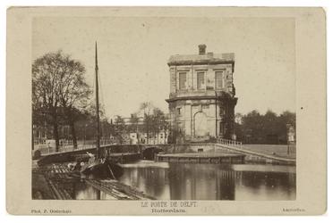 RI-518a Zicht op de oude Delftse Poort. In het water van de Coolsingel ligt een scheepje.