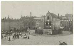 V-92-01-2-b Het Oostplein dat druk bezocht wordt en de Oostpoort in het midden daarvan. Op de achtergrond is Roeloff's ...