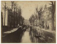 VII-122 Zicht op de Bierhaven, uit het Noorden gezien. Aan de rechterkant op de kade staan enkele mannen.