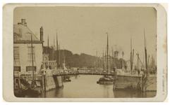 VII-176-01-01 Zicht op de Oudehaven met schepen erin. In het midden de Spanjaardsbrug.