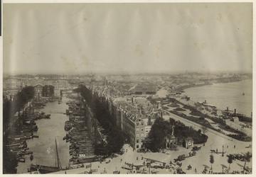 VII-176-04-01 Hoog gezicht op het Haringvliet met schepen in de haven. Geheel rechts de Nieuwe Maas en op de voorgrond ...