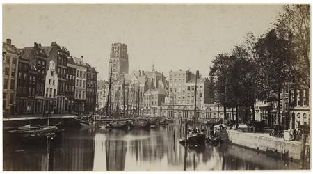VII-207-01 Zicht op de Kolk en het Westnieuwland met op de achtergrond de Laurenskerk. In het water op de voorgrond ...