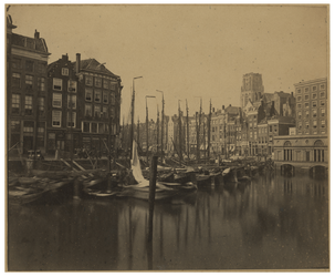 VII-207 Zicht op de Kolk met enkele schepen erin. Aan de rechterkant is net de toren van de Laurenskerk te zien.