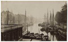 VII-267 Zicht op de Leuvehaven die vol ligt met zeilschepen aan weerskanten.