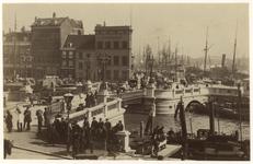 VII-269-1 Zicht op de Leuvehaven het gebouw van de Societeit en de Maatschappij tot nut der zeevaart. Veel mensen op de ...