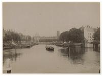 VII-272-2 Zicht op de Leuvehaven met in het water enkele schepen. Op de achtergrond is de Zeevischmarkt aan de Blaak.