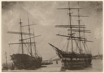 VII-325-01 Oude opname van zeilschepen op de Maas vanaf Katendrecht.