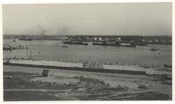 VII-342-01 Gezicht op de Sluisjesdijk en de Nieuwe Maas vanaf de Ruigeplaat. In het water liggen enkele schepen.