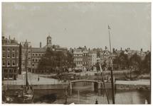 VII-386-00-02 Slepersvest en de Nieuwehaven met paardentram. Torens der kerk in de Houttuin.