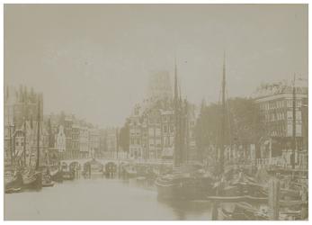 VII-422 Zicht op de Oudehaven met schepen erin. Op de achtergrond is de toren van de Laurenskerk te zien.