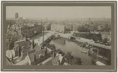 VII-435 Zicht op de Oudehaven en Plan C aan de Oudehavenkade. Op de achtergrond links is de toren van de Laurenskerk te zien.