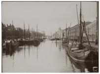 VII-466-01 Zicht op de Scheepmakershaven, met een aantal schepen erin.