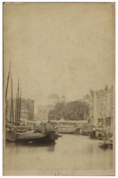 VII-479 Gezicht uit de Kolk naar de Markt. Op de achtergrond de Sint-Dominicuskerk. In het water op de voorgrond liggen ...