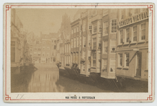 VII-480 Gezicht op de Steigersgracht met rechts daarvan enkele huizen, van de Soetenbrug af vanuit het Zuid-Westen.