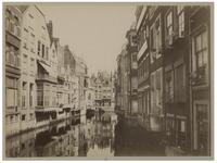 VII-490-3 Steigersgracht met het Toesteiger. Aan weerszijden van de gracht woonhuizen.