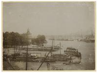 VII-510 Zicht op het Jachtclubgebouw aan de Veerhaven. Op de achtergrond de Nieuwe Maas en op de voorgrond meerdere schepen.