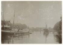 VII-530-2 Zicht op de Westerhaven met met aan de linkerkant en verderop aan de rechterkant in het water een schip. ...