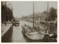 VII-538-01-00-01 Zicht op de Wijnhaven met enkele schepen erin en op de achtergrond de Grote Wijnbrug. Aan de ...