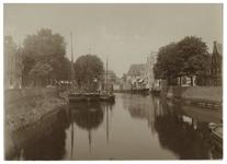 VII-98-00-01 Zicht op de Aelbrechtskolk te Delfshaven, met in het water enkele schepen.