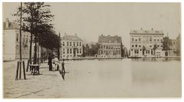 VIII-140-01-2 Zicht op de Schiedamsesingel waar enkele jongens aan het vissen zijn.