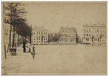 VIII-145 Zicht op de Schiedamsesingel met aan de waterkant enkele jongens. Op de achtergrond zijn huizen te zien.
