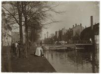 VIII-147-1 De Schiedamsevest en de Schiedamsesingel met in het midden de brug tussen de Witte de Withstraat en de ...