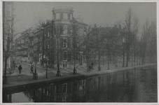 VIII-148-a Zicht op het zuidelijke deel van de Schiedamsesingel. Langs de kade bomen bij de woonhuizen.