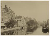 VIII-18-2 De Delftsevaart met links de brug over het Stokvisverlaat en in de verte de Raambrug. Aan de rechterkant ...