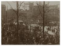 XIV-116 De Binnenwegsebrug en de Coolsingel, bij het van Hogendorpsplein. Een mensenmassa is op de been. Op de ...