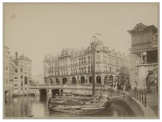 XIV-188 Zicht op de Kolk en de Kolkkade met aan de overkant het gebouw van Plan C. In het water liggen enkele zeilschepen.