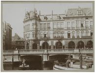 XIV-189 De Oudehaven met zicht op Plan C. In de haven enkele scheepjes met mensen erop.