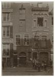 XIV-409 Zicht op Wijnstraat 145. Voor het pand staan verschillende mensen.