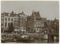 XIV-451-01 De Leuvehaven met schepen erin en de Leuvebrugsteeg. Aan de overkant het pand van de firma C. Ulrich & Zoon.