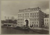 XIV-462 Zicht op de Passage aan de Coolsingel met voor het gebouw enkele mannen. In de Coolsingel liggen enkele bootjes.