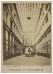 XIV-463 Het interieur van de Passage, met enkele mannen en jongens. Deze overdekte winkelgalerij is geopend in 1879.