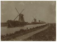 XVI-5 Acht watermolens aan de Boezem, met de Lage Boezem op de voorgrond ter hoogte van de latere Boezemlaan, gezien ...