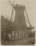 XVI-77-01-01 De Hoekmolen in Delfshaven op de Spangesekade. Net voor de molen een woonhuis.