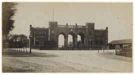 XVII-9-02-1 Station Delftse Poort aan het Stationsplein. Voor het station bij het hek staan enkele mannen.