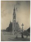 XVIII-196-00-01-1 Zicht op de Nederlands Hervormde Kerk aan de Oranjeboomstraat. De vlag staat op de toren in verband ...