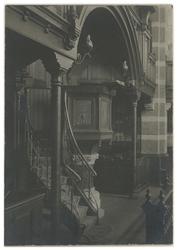 XVIII-313-02 Interieur van de Nieuwe Kerk aan de Mathenesserlaan. Zicht op de preekstoel.