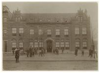 XX-29 Het Israëlisch Weeshuis aan de Mathenesserlaan, dat in 1898 in gebruik werd genomen. Op de voorgrond staan ...