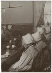 XX-32 Vrouwen van het Lidmatenhuis van de Nederlands Hervormde Kerk aan de Gedempte Botersloot. De vrouwen zitten aan ...